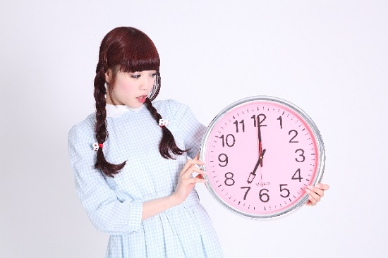 時計を持った女の子
